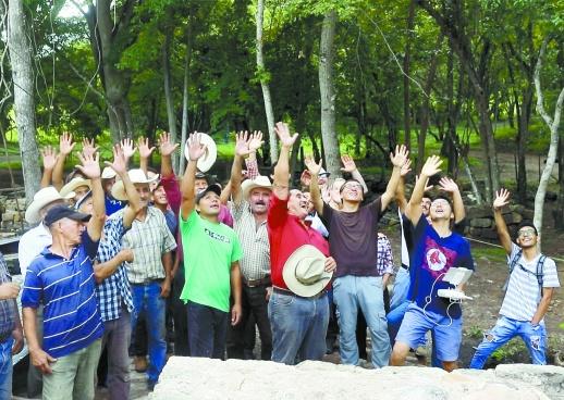 《我的青春在丝路·八月季》剧组人员与考古者在洪都拉斯探寻玛雅遗址