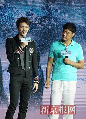 主演吴磊(左)和导演于荣光(右)在现场分享拍摄故事